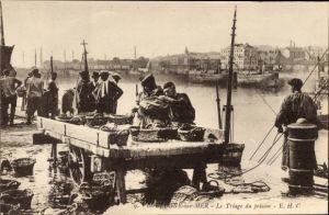 Ak Boulogne sur Mer Pas de Calais, Le Triage du poisson
