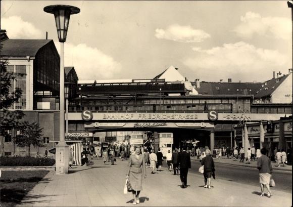 Ak Berlin Mitte, Partie am Bahnhof Friedrichstraße, Doppelstockbus, Passanten