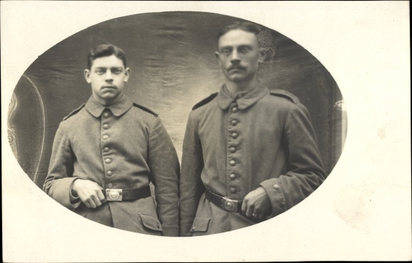 Foto Ak Zwei deutsche Soldaten in Uniformen, Portrait, Gürtelschnallen, I. WK