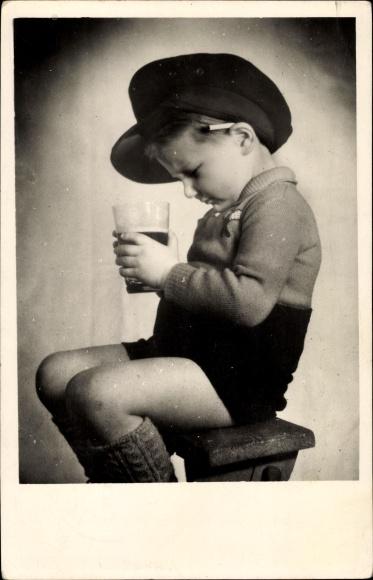 Foto Ak Kleiner Junge mit Mütze und Zigarette hinter dem Ohr, Bierglas