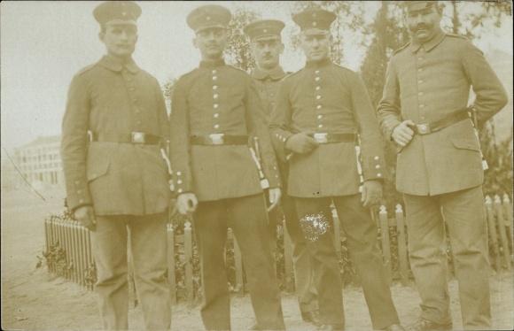 Foto Ak Deutsche Soldaten in Uniformen, Gruppenportrait, Schirmmützen, I. WK