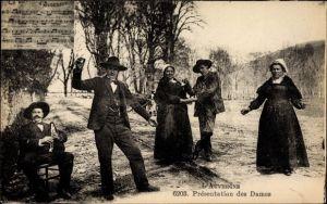 Ak L'Auvergne, Présentation des Dames, Tänzer, Männer und Frauen in Tracht