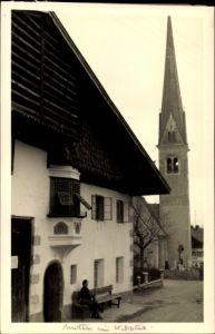 Foto Ak Wipptal in Tirol, Straßenpartie in der Ortschaft mit Kirche