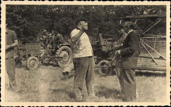 Foto Männer, Traktor, Mähdrescher, landwirtschaftliche Maschinen