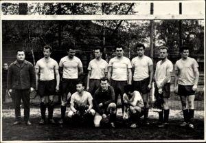 Foto Gruppenbild, Fußballmannschaft in Trikots, Tor