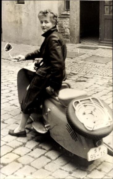 Foto Frau auf einem Motorrad, Moped, Kennzeichen SP9515