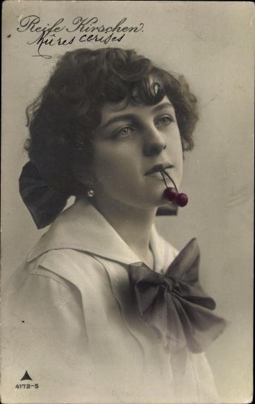Ak Reife Kirschen, Portrait einer jungen Frau mit Kirschen im Mund, PH 4172 5