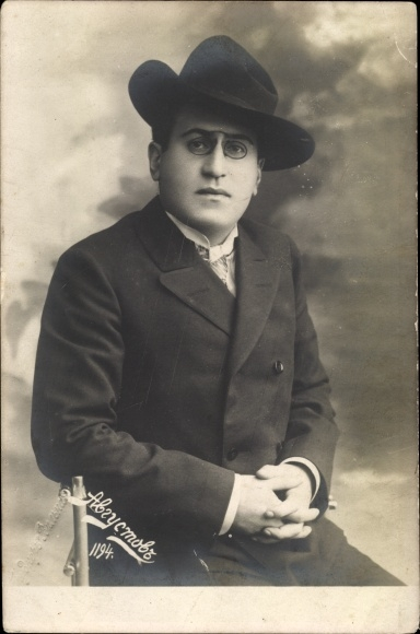 Foto Ak Portrait von einem Mann mit Zwicker, Mantel, Hut, Abiusmow?