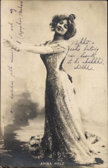 Ak Schauspielerin Anna Held, Standportrait im Abendkleid