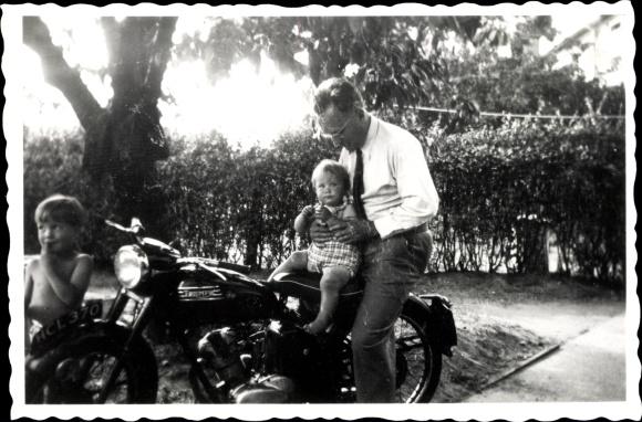 Foto Triumph Motorrad, Mann mit Kindern