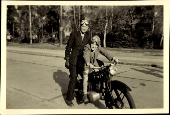 Foto Vater mit Sohn auf einem NSU Motorrad, Fahrerbrillen