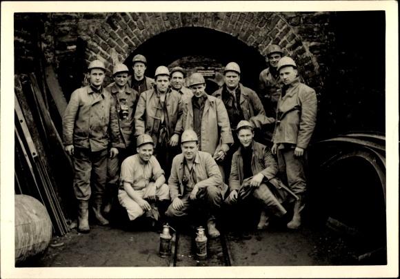 Foto Bergleute in Arbeitskleidung, Gruppenportrait vor dem Stollen, Laternen