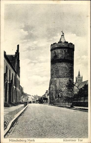 Ak Müncheberg im Kreis Märkisch Oderland, Küstriner Tor, Storchennest, Straßenansicht