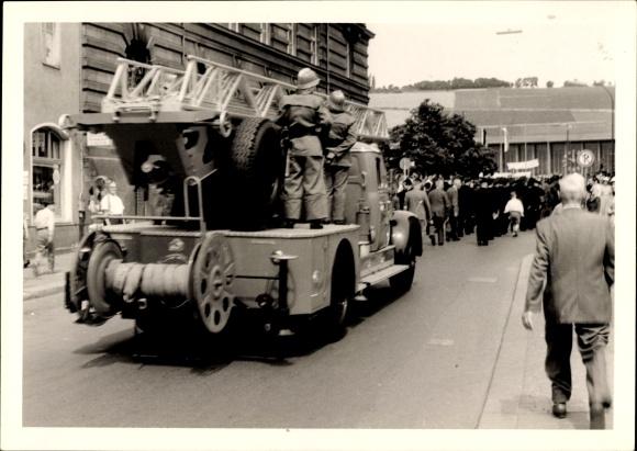 Foto Blomberg?, Feuerwehr, Einsatzwagen, Straßenumzug