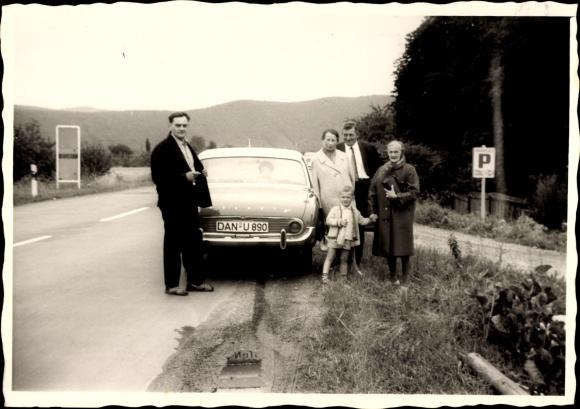 Foto Familie an ihrem Automobil, Kennzeichen DAN-U 890, Ford Taunus