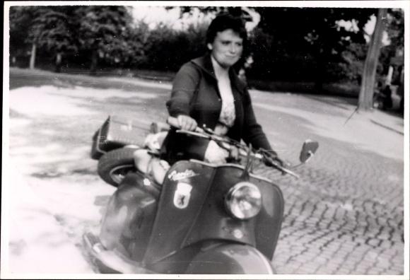 Foto Frau auf einem Motorroller, Modell IWL SR59 Berlin um 1960