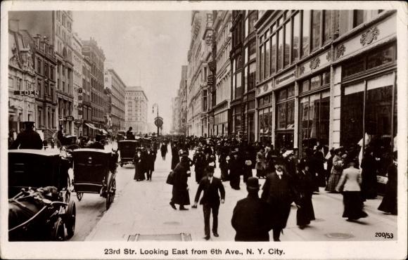 Ak New York City USA, 23rd Street looking East from 6th Avenue, Geschäftshäuser, Passanten, Kutschen