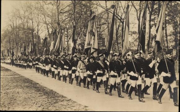 Studentika Ak Beisetzung der Kaiserin Auguste Viktoria, Die Stundenten im Trauerzuge