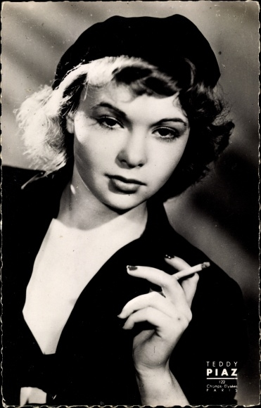 Ak Schauspielerin Françoise Arnoul, Portrait, Zigarette rauchend, Teddy Piaz