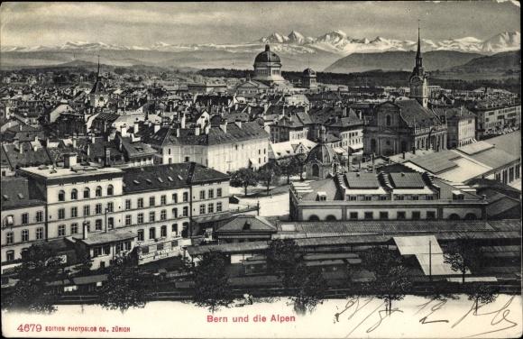 Ak Bern Stadt Schweiz, Blick auf die Stadt über den Häuserdächern, Alpenpanorama