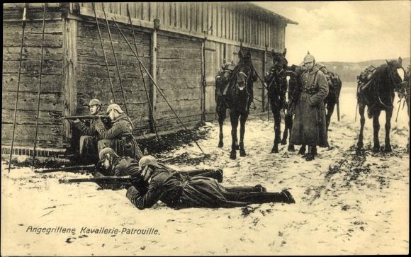 Ak Angegriffene Kavallerie Patrouille, Soldaten mit Gewehren, I. WK