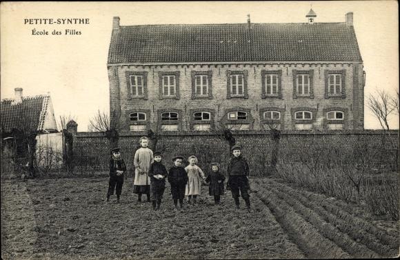 Ak Petite Synthe Nord, Blick auf die Mächen Schule, Kinder im Feld