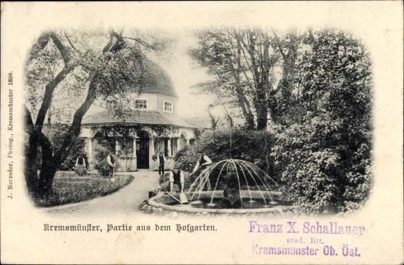 Ak Kremsmünster in Oberösterreich, Partie aus dem Hofgarten, Gärtner bei der Arbeit