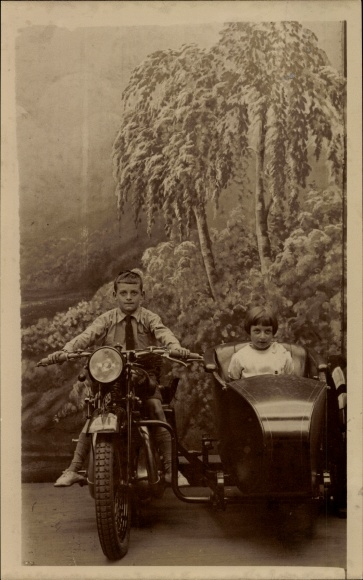 Foto Ak Zwei Kinder sitzen auf einem Motorradgespann, Motorrad mit Beiwagen