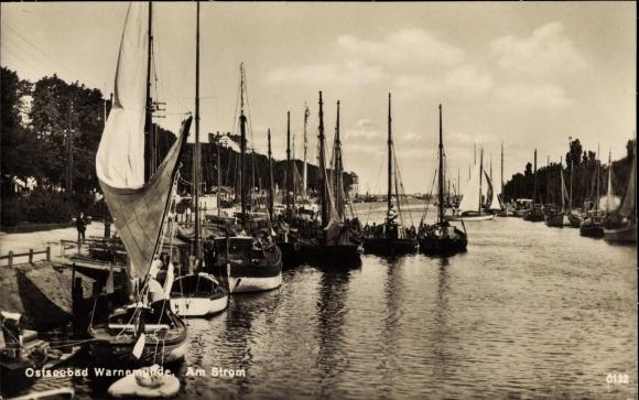 Ak Rostock Warnemünde, Partie am Strom, Segelboote am Anleger