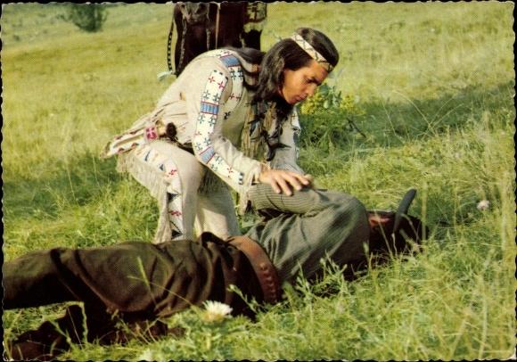 Ak Schauspieler Pierre Brice als Winnetou, Filmszene aus Unter Geiern, Indianer