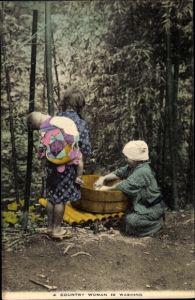 Ak Japan, A Country Woman is Washing, Japanische Frau am Waschzuber, Wäscherin, Kinder