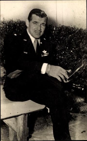 Ak Schauspieler Clark Gable, Sitzportrait in Uniform