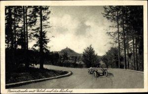 Ak Nürburg Rheinland Pfalz, Nürburgring, Rennstrecke mit Blick auf die Nürburg, Rennwagen