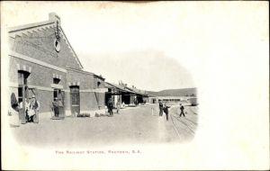 Ak Pretoria Südafrika, The Railway Station, Bahnhof, Gleisseite
