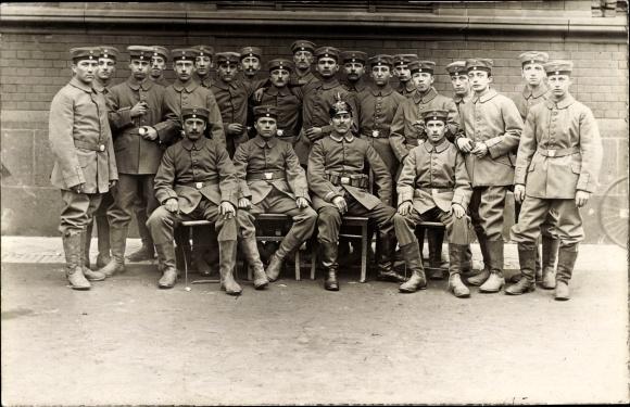 Foto Ak Deutsche Soldaten in Uniformen, Gruppenportrait, Pickelhaube