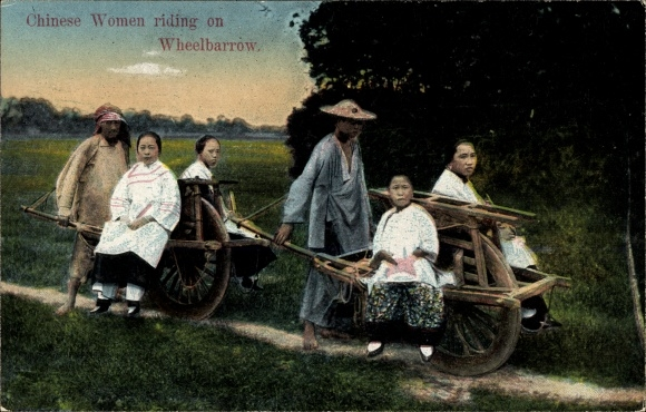 Ak China, Chinese women riding on wheelbarrow, Chinesinnen auf eine, Radkarren