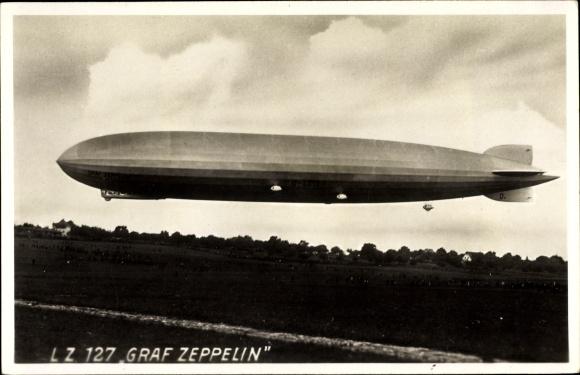 Foto Ak Luftschiff LZ 127, Graf Zeppelin, Über einem Feld schwebend