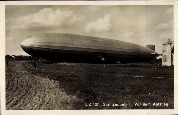 Ak Luftschiff LZ 127, Graf Zeppelin, Über einem Feld schwebend