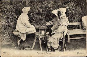 Ak Joueurs de Dames, Dame, Spielbrett, Männer in traditioneller Kleidung, Neurdein Frères 383A