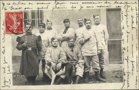 Foto Ak Französische Soldaten in der Freizeit, Gruppenbild mit Hund, Uniform