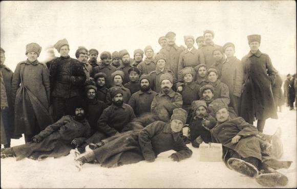 Foto Ak Kriegsgefangene Russen, Gruppenportrait, Winter