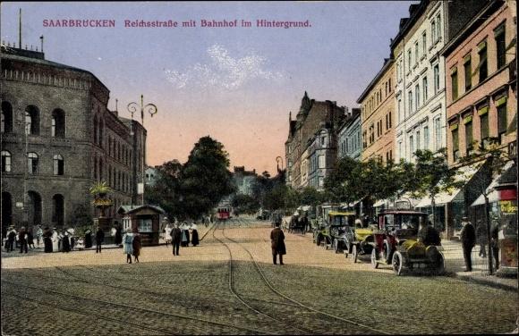 Ak Saarbrücken im Saarland, Blick in die Reichsstraße, Bahnhof im Hintergrund, Passanten