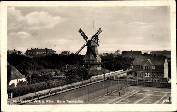Ak Wyk auf Föhr in Nordfriesland, Blick über den Tennisplatz auf eine Windmühle
