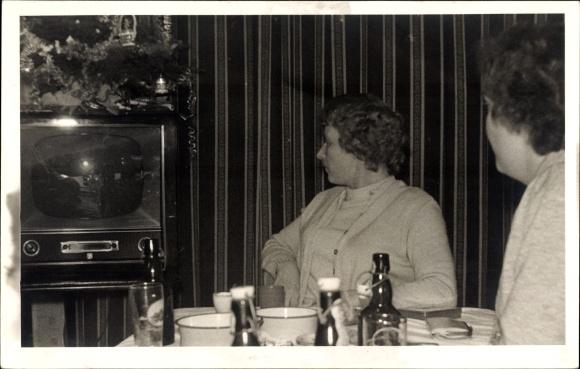 Foto Ak Zwei Frauen schauen Fernsehen, Bierflaschen