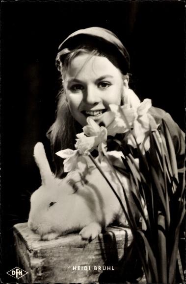 Ak Schauspielerin Heidi Brühl, Portrait mit Osterglocken und Kaninchen