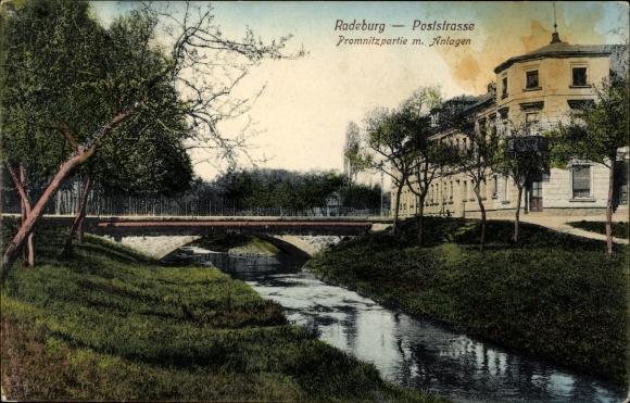 Ak Radeburg in Sachsen, Partie an der Poststraße mit Blick auf eine Brücke über die Promnitz