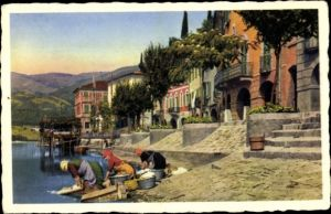 Ak Kanton Tessin Ticino Schweiz, Lavandaie al lago, Wäscherinnen am Seeufer, Häuser