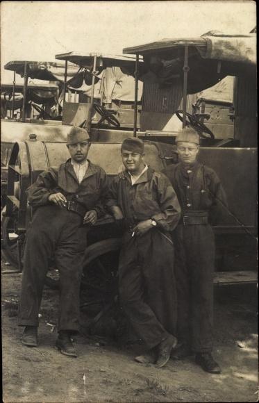 Foto Ak Drei französische Soldaten vor LKW, Mechaniker oder Fahrer