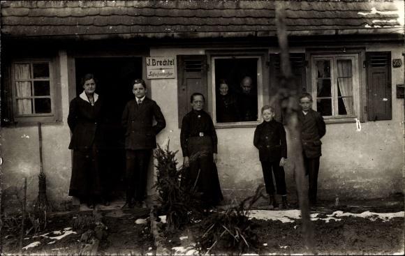 Foto Ak J. Brechtel Schuhmacher, Gruppenportrait vor der Werkstätte