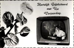 Ak Glückwunsch Geburtstag, Frau telefoniert, Fernsehgerät, Blumen